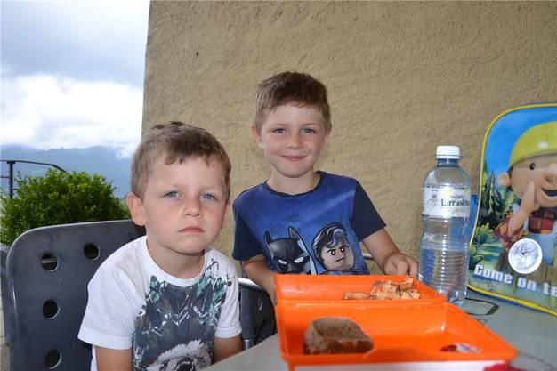 Die Brüder Andrin (3) und Etienne (5) aus Wangen bekamen von ihrer Oma eine Znünibox. Darin hatte es nebst Brot auch Apfelringe, Früchte und Schoggi. Etienne betonte: «Ich esse auch die Früchte!»
