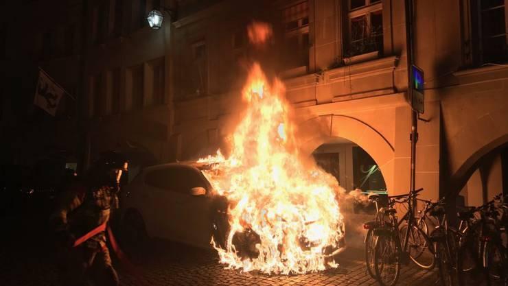 Meterhoch schossen die Flammen aus dem Motorraum des Autos in die Höhe.