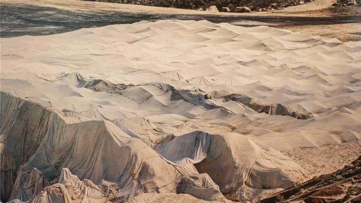 Silvia Michel verwendet ein Stück Gletscher-Vlies als Kunst-Installation. zvg