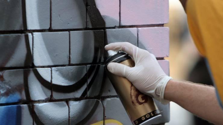 Mehreren Sprayern legt die Kantonspolizei Schwyz Sachbeschädigungen zur Last. (Symbolbild)