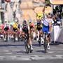 Der Franzose Julian Alaphilippe (rechts) gewinnt die 2. Etappe der Tour de France, der Schweizer Marci Hirschi hat das Nachsehen.