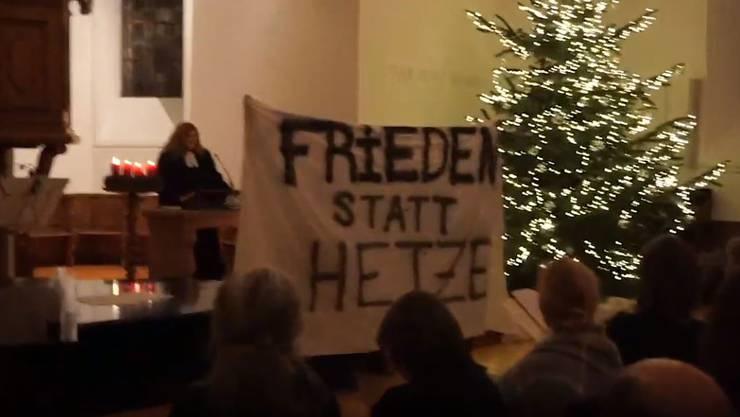 Die Aktivisten stellten sich mit einem Transparent vor Pfarrerin Dietrich.