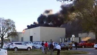 Dunkler Rauch steigt über dem Flughafen (Videoausschnitt KAKE News)