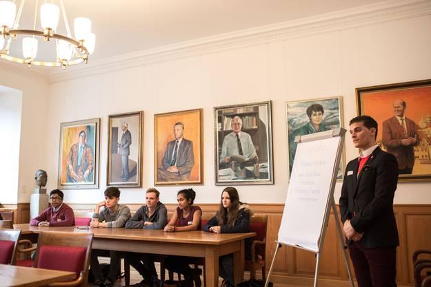 Jugendliche präsentieren ihre Ideen vor den Kantonsräten und Kantonsrätinnen