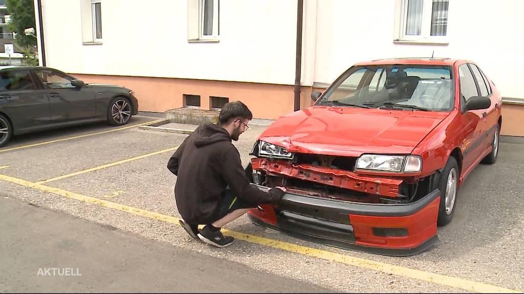Menziken: Auto demoliert und Täter geflüchtet