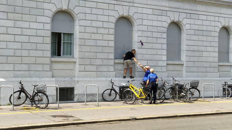 Der Zettel wurde abgehängt und der Polizei übergeben.