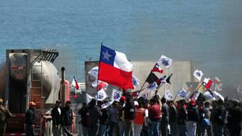 Streikende Minenarbeiter blockierten beim Streik in der weltgrössten Kupfermine in Chile 2006 die Strasse zur Mine. 25 Tage dauerte der Ausstand vor über zehn Jahren. Dieses Jahr soll noch länger gestreikt werden.