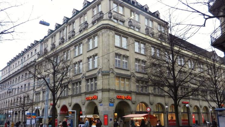 Coop City St. Annahof an der Zürcher Bahnhofstrasse: Ein Einbrecher wollte Zigaretten im Wert von 6000 Franken stehlen.
