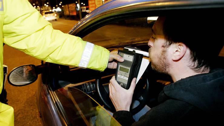 Die Polizei führt einen Alkoholtest durch. (Symbolbild)