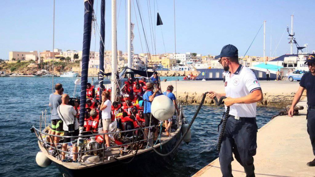 """Das kleine Motorsegelboot ist nur für 18 Menschen zugelassen: An Bord des italienischen Rettungsschiffes """"Alex"""" befinden sich rund 60 Migranten."""