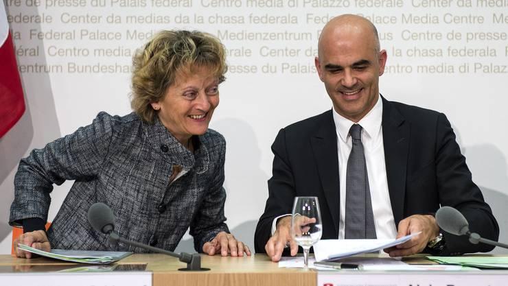 Finanzministerin Widmer-Schlumpf und Innenminister Berset erläutern gestern in Bern den Bundesratsentscheid.