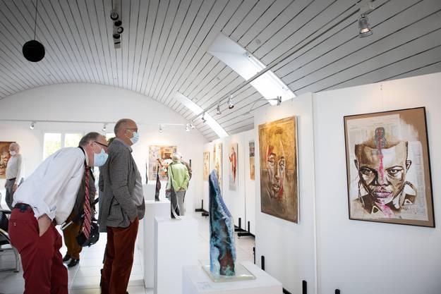 Besucherin und Besucher der aktuellen Ausstellung in der Galerie am Bach.