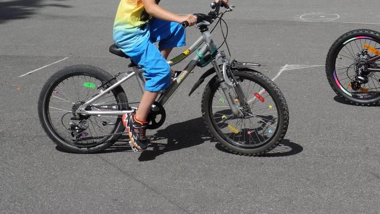 Der 10-Jährige verlor aus noch ungeklärten Gründen die Herrschaft über sein Fahrrad und kollidierte mit dem Auto. (Symbolbild)
