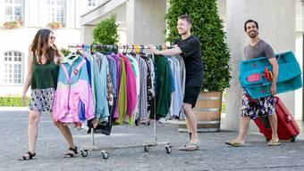 Veranstalten unter dem dem Label «Brugger Messies» erstmals einen Flohmarkt beim Parkhaus Eisi (v.l.): Patricia Wassmer, Nikola Antolkovic und Misael Morant.
