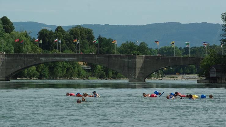 Vom Inseli schwimmen die Teilnehmenden ans deutsche Ufer.