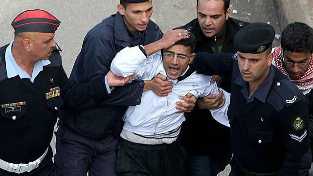Die Polizei eskortiert einen verletzten Regierungsanhänger
