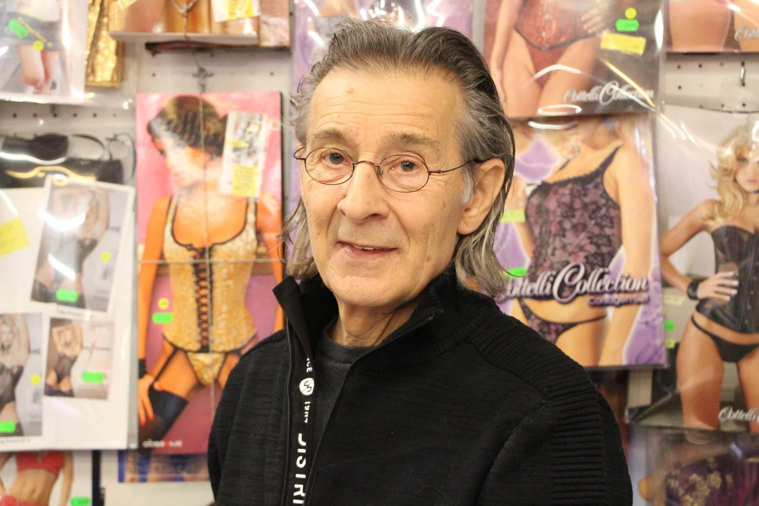 Gino Iller hinter seiner Verkaufstheke. Trotz Pension macht der 73-Jährige seinen Job noch immer sehr gern.