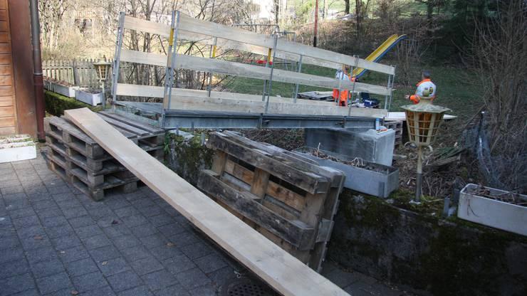 Hier wird die Rampe zur Notbrücke seitlich entlang der Bachmauer geführt.