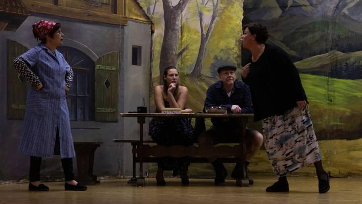 Vier der zehn Mitwirkenden sind bei dieser Szene auf der Bühne (v.l.): Trudi Stampfli (alias Heidi Bachmann), Agnes Binggeli (Fabienne Matter), Kaspar Binggeli (Jürg Mumenthaler) und Dora Krähenbühl (Catherine da Silva). Worum die Diskussion auf dem «Holderbäselihof» wohl handelt?