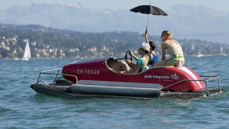 Das kühle Nass lockt viele Zürichseebesucher aufs Pedalo.