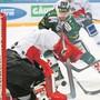 Immer wieder im Mittelpunkt: Visp-Goalie Sascha Rochow wird von Daniel Eigenmann geprüft. Bild: Freshfocus