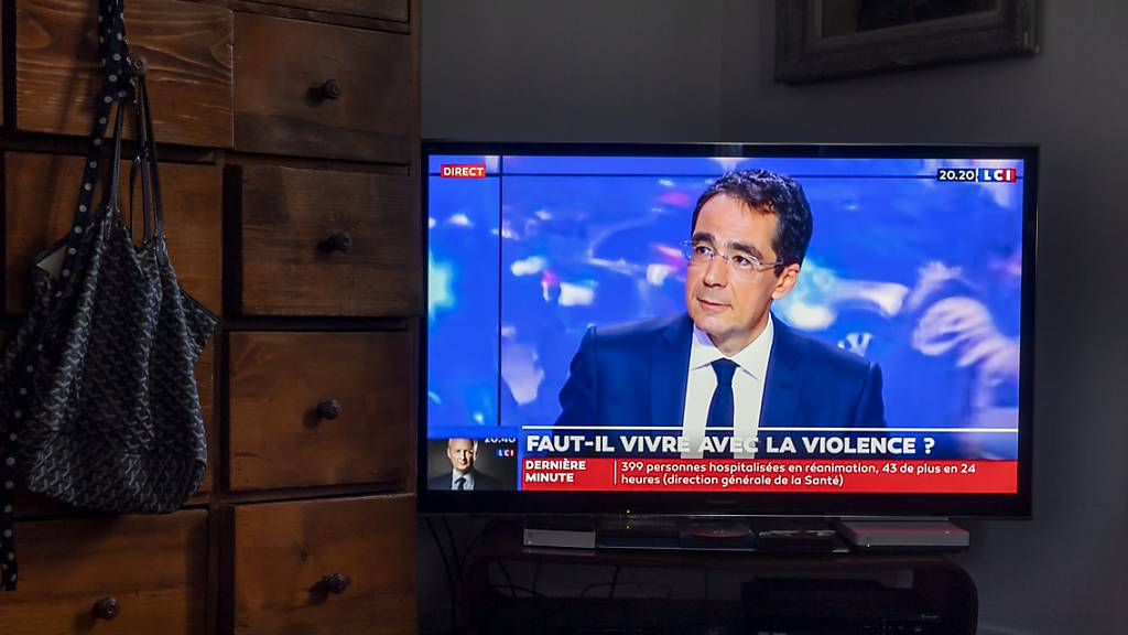 Darius Rochebin, der ehemalige Star-Moderator der RTS-Tagesschau, kehrt auf die französischen Bildschirme zurück. Er wurde im am Freitag veröffentlichten Bericht zum Belästigungsskandal bei RTS von den Vorwürfen freigesprochen. (Archivbild)