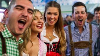 Nicht nur das Oktoberfest hat den Weg aus Deutschland in die Schweiz gefunden: Hierzulande trinkt man auch immer mehr deutsches Bier.KEYSTONE/Ennio Leanza