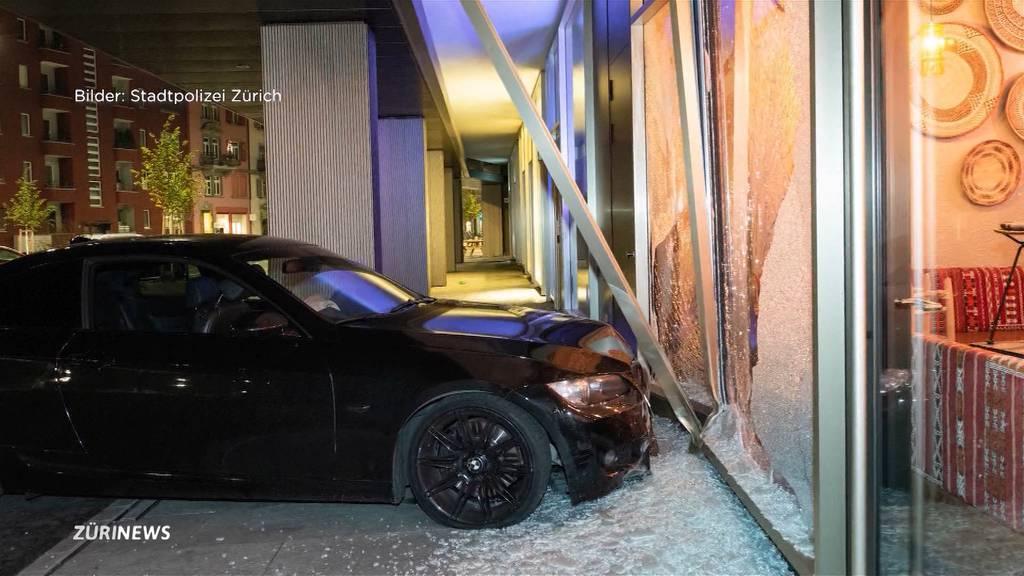 Lagerstrasse: BMW landet nach Zerstörungsfahrt in einem Restaurantfenster