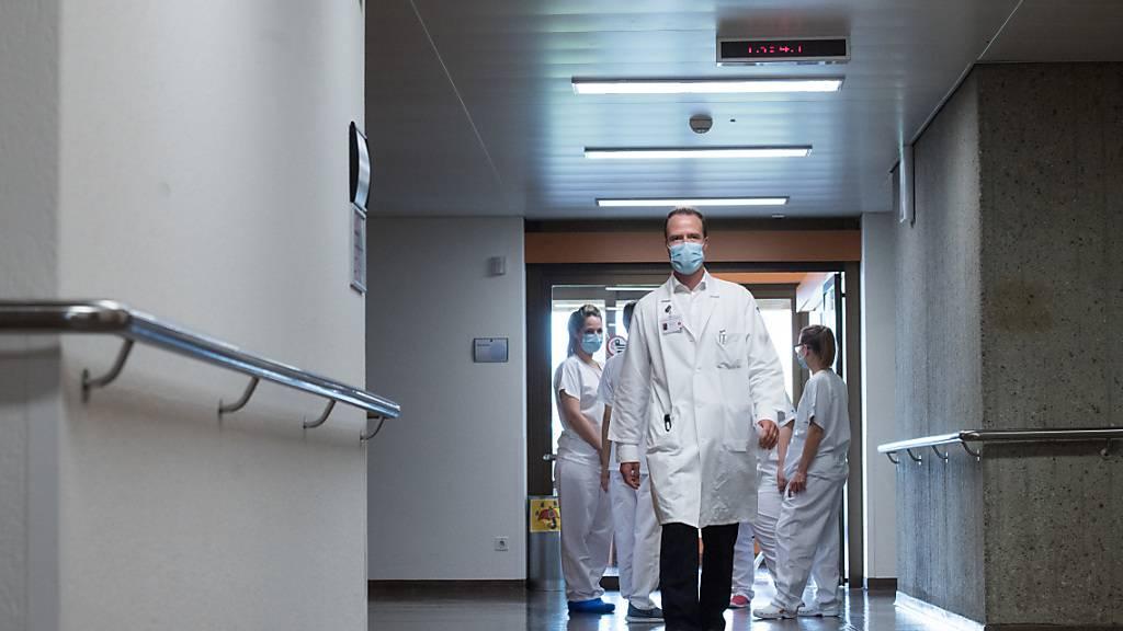 Der Spitalverband H+ fordert eine Kompensation für den finanziellen Schaden von bis zu 2,6 Milliarden Franken, der den Spitälern wegen der Corona-Pandemie entstanden ist. (Symbolbild)
