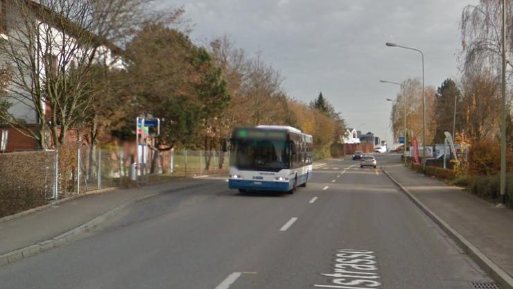 Die Bushaltestelle Dorfstrasse wurde infolge von Sanierungsarbeiten verschoben (auf dem Bild der alte Standort).