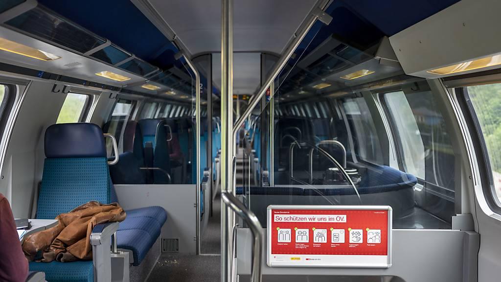 Ein Schild mit den Verhaltensregeln für den Öffentlichen Verkehr, fotografiert auf im Zug von Zürich nach Bern. (Archivbild)