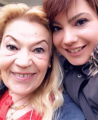 Bild aus glücklichen Tagen: Hanife Sarac mit der im Juli 2019 verstorbenen Tochter Canan.
