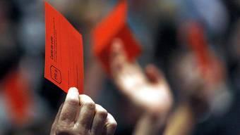 Delegierte bei der SP stimmen ab.