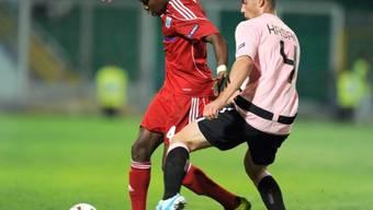Lausanne-Verteidiger Rochat (l.) kämpft mit Pajtim Kasami um den Ball