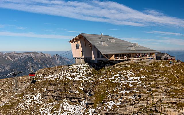 Der architektonische Star unter den Alphütten - der Chässerrug von Herzog und de Meuron. ©Toggenburg Tourismus