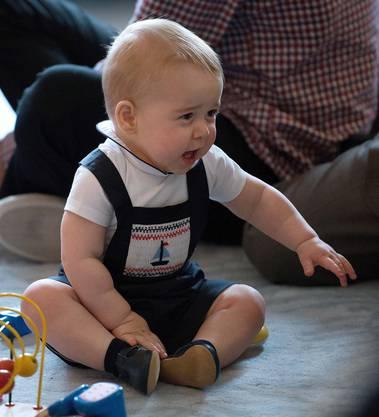 Prinz George im königsblauen Strampler.