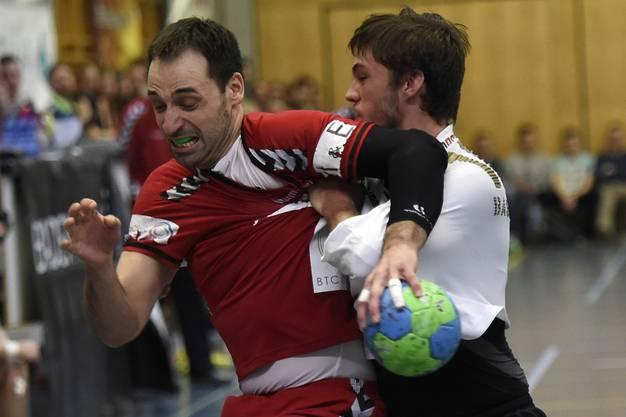 Nemanja Sudzum (links, Endingen) kann sich gegen Maurus Basler (rechts, RTV) nicht durchsetzen.