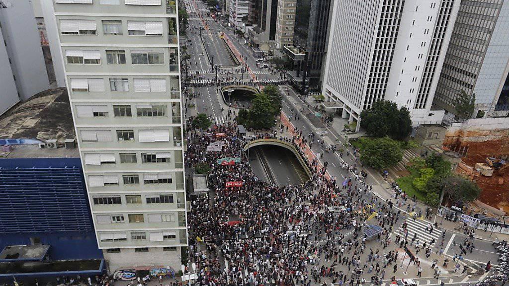 Die Polizei setzte Tränengas ein, um die Demonstranten daran zu hindern, ins Wirtschaftszentrum von São Paulo vorzudringen.