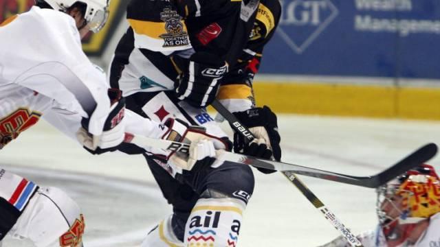 Hnat Domenichelli gegen die Bieler Verteidigung.