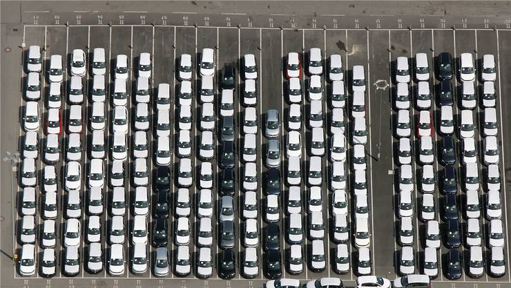 VW-Neuwagen beim Werk in Wolfsburg: Nichtnur die deutsche Autoindustrie läuft prächtig. Die Schweizer Zulieferindustrie freuts.