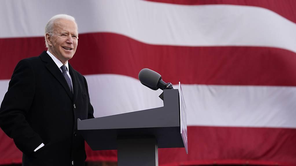 Der gewählten US-Präsident Joe Biden  verabschiedet sich in einer emotionalen Reden unter Tränen von seinem Heimatstaat Delaware. Foto: Evan Vucci/AP/dpa