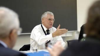 Föderalismus-Spezialist Thomas Pfisterer bei der Moderation des runden Tischs im Zentrum für Demokratie in Aarau