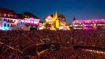 Das Rock Oz'Arenes Festival in Avenches vor der Covid 19-Pandemie: diese Zeiten sind vorbei. Das Festival steht vor dem finanziellen Abgrund und hofft nun darauf, dass die Festivalbesucherinnen und -besucher auf die Rückerstattung ihrer Tickets verzichten. (Archivbild)
