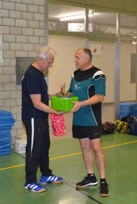 Edgar Fölmli dankt Bruno Kunz für sein unermüdliches Wirken für die Männerriege Dulliken