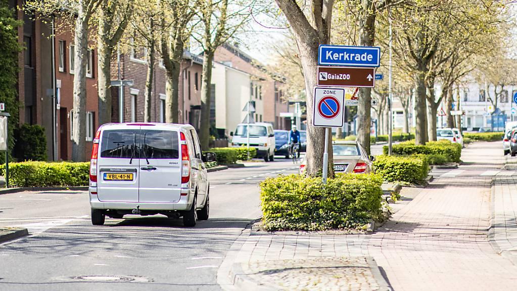Das Ortseingangsschild der Grenzstadt Kerkrade.  Die Niederlande haben angesichts anhaltend hoher Infektionszahlen geplante Lockerungen der Corona-Schutzmaßnahmen vorerst ausgesetzt. Foto: Marcel Kusch/dpa