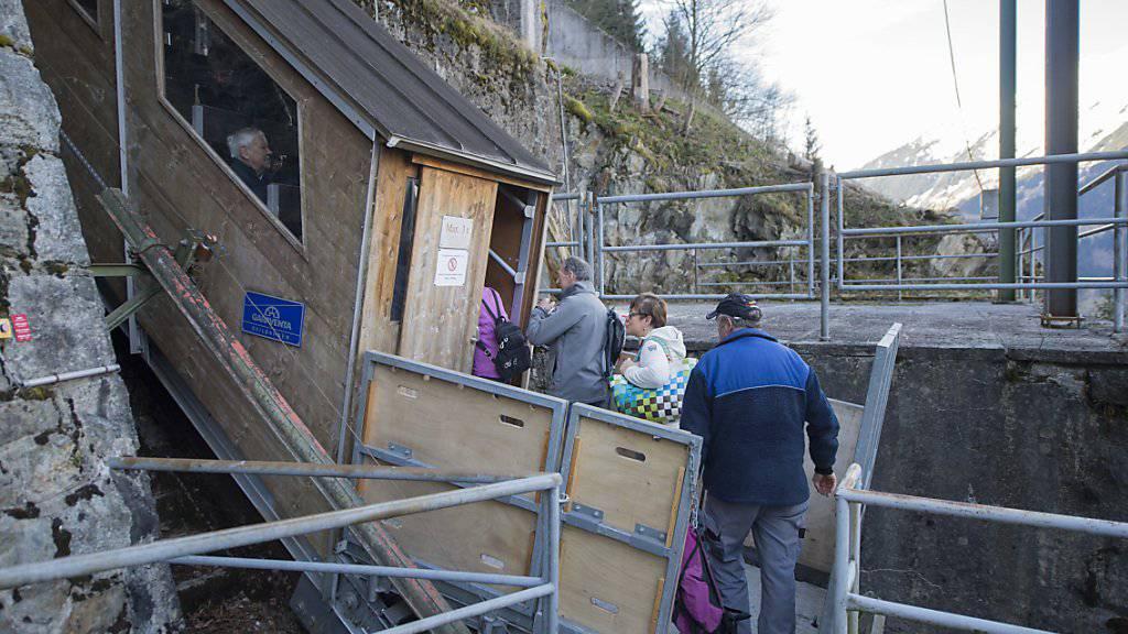 Die knapp 100 Jahre alte Standseilbahn ist seit dem frühen Mittwochmorgen als Notverbindung zwischen Amsteg und Bristen in Betrieb.