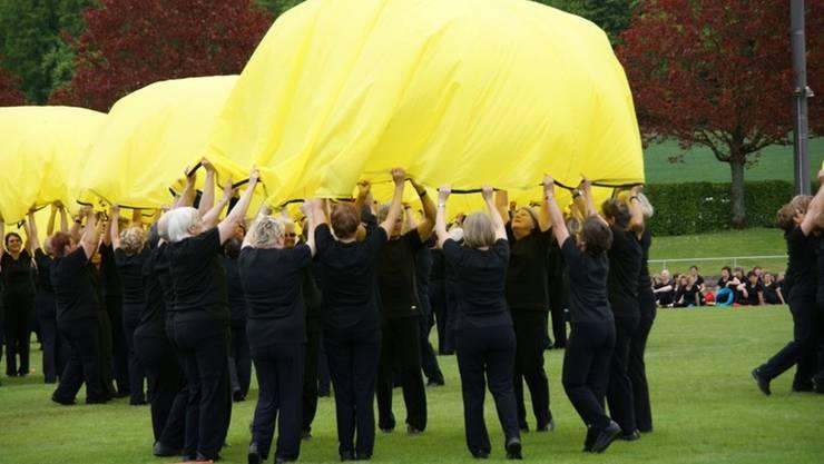 Die gelben Fallschirme gehören zu Bea Härings Grossraumvorführung.