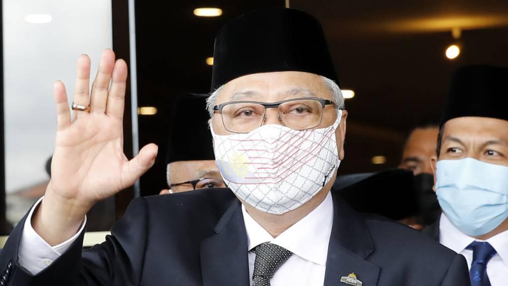 Der ehemalige stellvertretende Premierminister Ismail Sabri Yaakob winkt den Journalisten zu. Nach dem Rücktritt der malaysischen Regierung wegen Kritik am Umgang mit der Corona-Pandemie ist Yaakob zum neuen Ministerpräsidenten des Landes ernannt worden. Foto: Fl Wong/AP/dpa