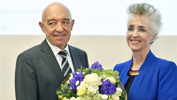 Siegerlächeln: Der mit einem Topresultat wiedergewählte Ständerat Daniel Jositsch (SP) nimmt von der Zürcher Regierungspräsidentin Carmen Walker Späh (FDP) Blumen entgegen. Bild: Keystone