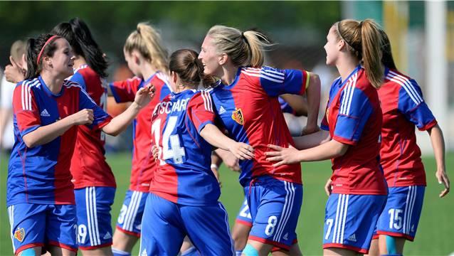 Nadine Rolser (l.) und ihre Teamkolleginnen der NLA-Frauen des FC Basel freuen sich im Cup-Halbfinal über ihren 8:0-Sieg.